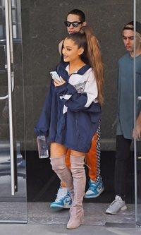 Ariana Grande con sudadera y maxi botas