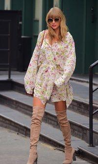 Taylor Swift juega con las flores