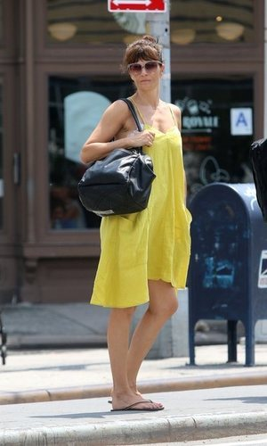 Helena Christensen y su vestido amarillo