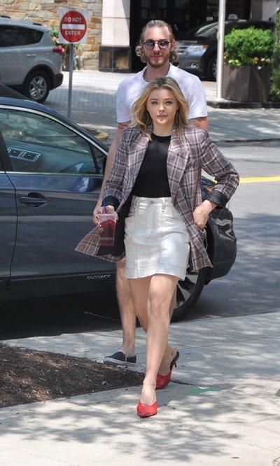 Chloë Grace Moretz y su blazer de cuadros