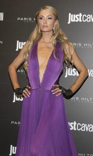 Paris Hilton apuesta por el morado
