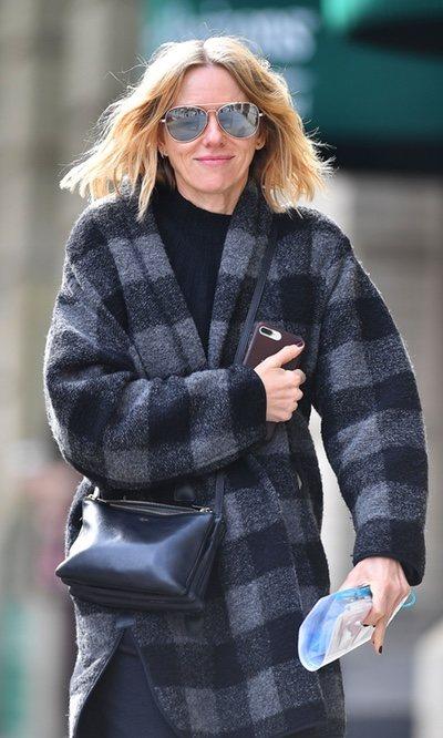 Naomi Watts luce su abrigo a cuadros