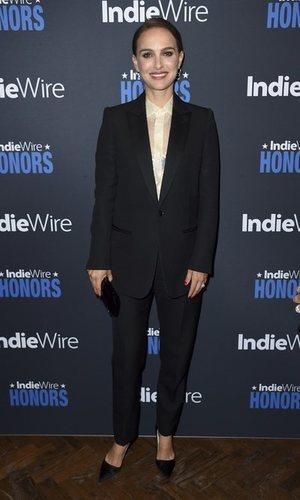 Natalie Portman apuesta por un look masculino