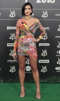 Dua Lipa luce un mini vestido asimétrico