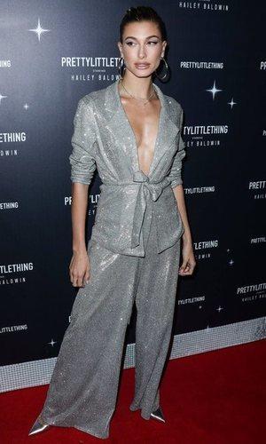 El traje glitter de Hailey Baldwin