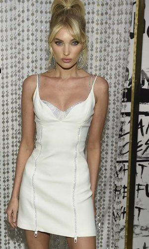 Elsa Hosk posa con un mini vestido blanco