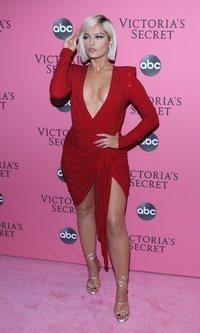 Bebe Rexha brilla con el rojo