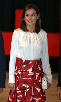 La Reina Letizia apuesta por una falda estampada