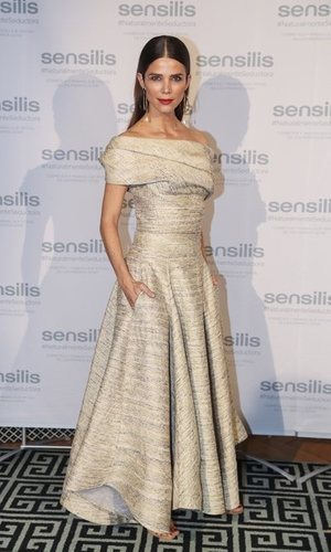 Juana Acosta radiante con su vestido de vuelo