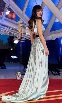Dakota Johnson deslumbra con un total look satén