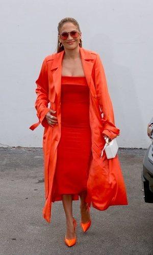 El total look naranja flúor de Jennifer Lopez