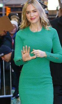 Emily Blunt apuesta por el verde para realzar su figura