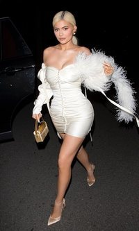 Kylie Jenner luce un total white muy sexy