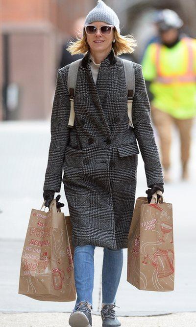 Noami Watts, cómoda para las últimas compras navideñas