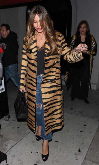 Sofia Vergara con un abrigo animal print paseando por West Hollywood