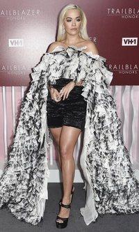 El nada discretito look de Rita Ora