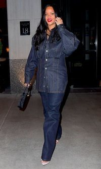 Rihanna lleva un espantoso total look vaquero
