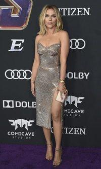 Scarlett Johansson luce un vestido de brillantes deslumbrante