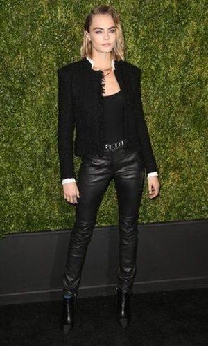 Cara Delevingne combina chaqueta de Chanel con un look rompedor