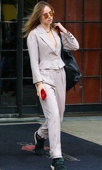 Suki Waterhouse luce escotazo con traje