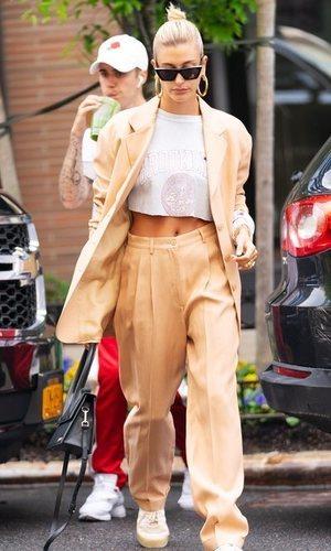 ¿Traje con sudadera? Hailey Bieber sabe cómo combinar estas prendas
