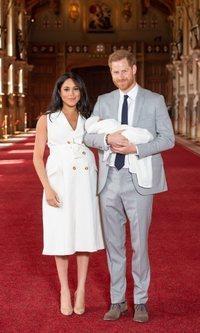 Meghan Markle aparece tras dar a luz con un vestido blanco de Givenchy