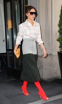 Victoria Beckham con un outfit extravagante