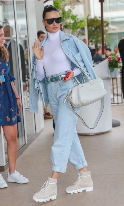 Adriana Lima te enseña cómo llevar un perfecto denim total look