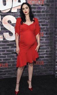 Krysten Ritter presume de embarazo con un vestido atrevido