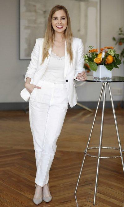 Natalia Sánchez, impecable con traje de lino blanco