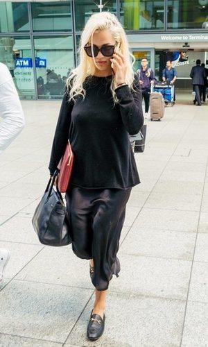 El vestido satinado más versátil de Rita Ora que querrás en tu armario