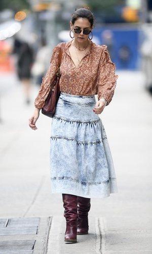 Katie Holmes luce una falda vaquera midi con un estilo boho-chic