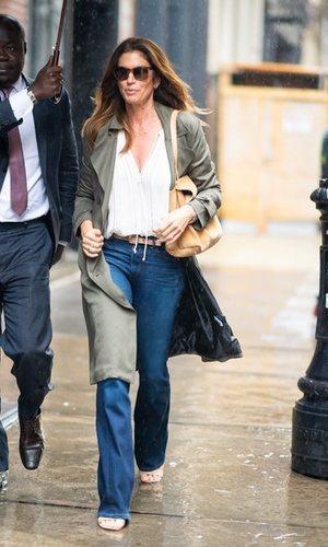 Cindy Crawford tiene el outfit perfecto de entretiempo