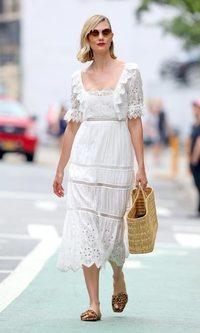 Karlie Kloss lleva todas las tendencias de verano en el mismo look