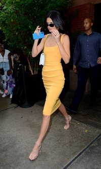 Kendall Jenner se suma al color amarillo