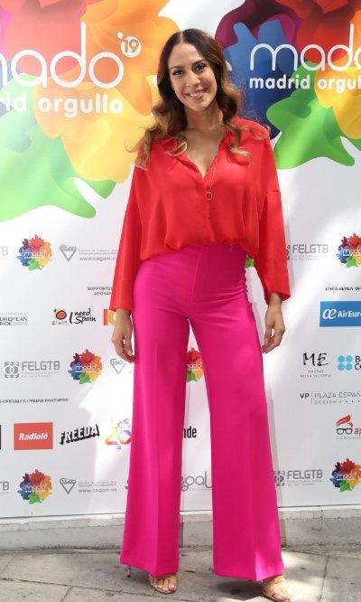 El look rosa y rojo de Mónica Naranjo