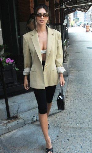 El look de Emily Ratajkowski que encontrarás buscando en el armario