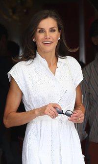 La Reina Letizia, de blanco radiante y en clave balear