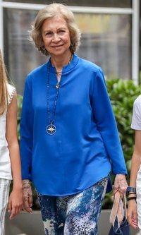 De azul y en clave veraniega, el look de la Reina Sofía