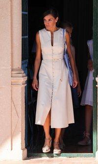 La Reina Letizia, de blanco y con un vestido de Uterqüe