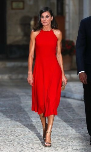 La Reina Letizia y el rojo pasión: crónica de un éxito anunciado