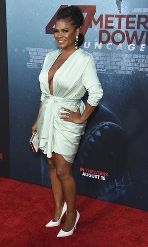 Seda y color blanco: la combinación perfecta de Nia Long