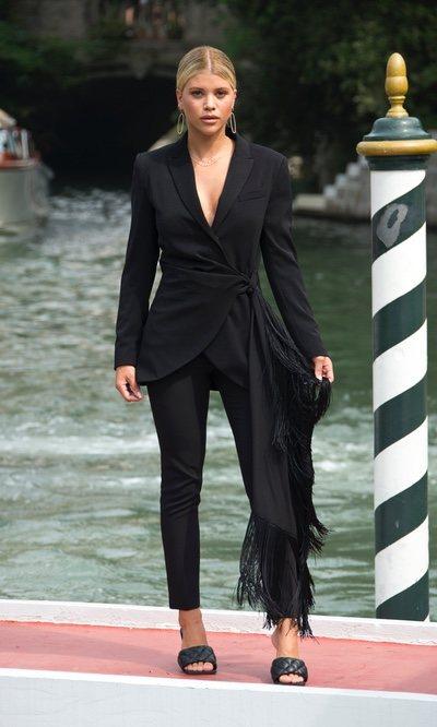 Sofia Richie triunfa con su mono negro satinado en Venecia