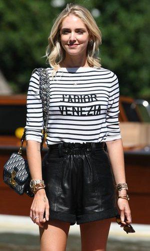 Chiara Ferragni y su look gondolero para llegar a Venecia
