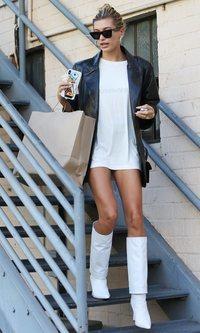 Hailey Baldwin demuestra que las botas blancas han vuelto