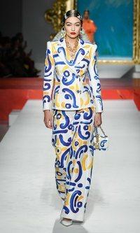 El traje de azulejos andaluces y otros looks de Moschino inspirados en España
