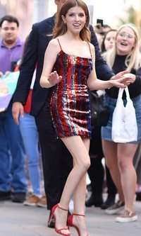 Anna Kendrick pisando fuerte en su vestido de lentejuelas