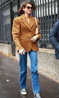 Kaia Gerber con hombreras extra grandes durante la Paris Fashion Week