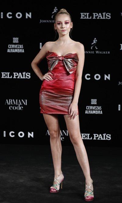 Esther Expósito luce un look total red de Dolores Promesas