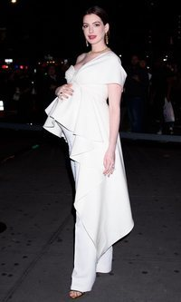 Anne Hathaway luce barriguita en un dos piezas blanco